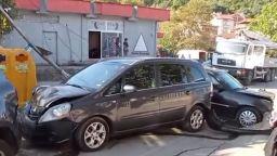 Камион удари три коли и електрически стълб до училище в Петрич (видео)