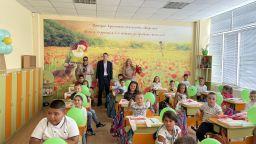 ТЕЦ AES Гълъбово дари раници и учебни пособия на 110 първокласници