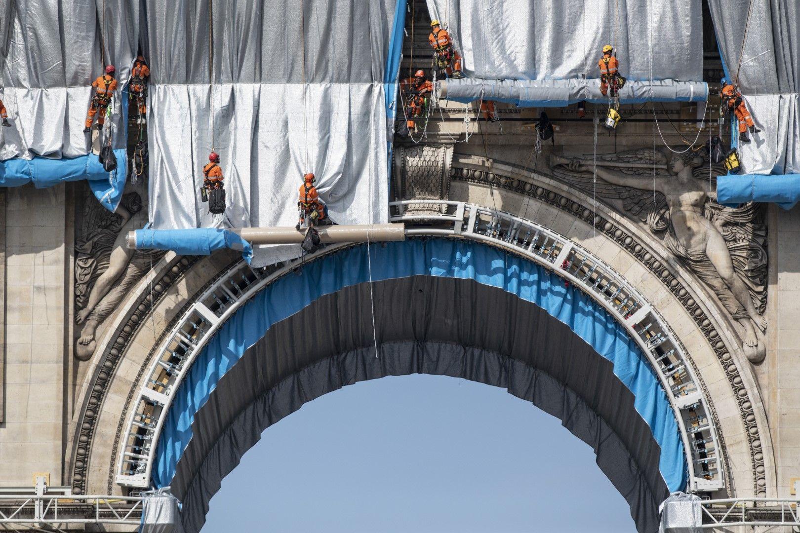 Работници опаковат арката