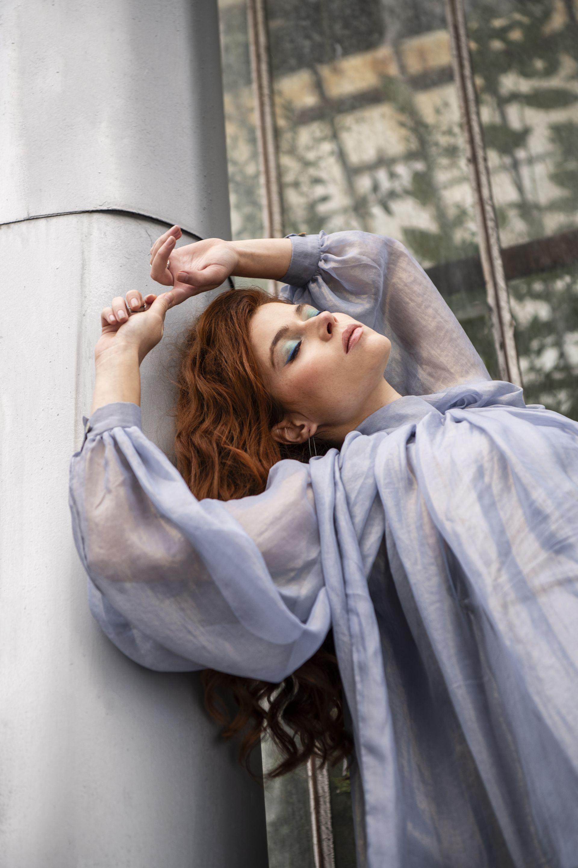 Гардероб: ZIP studio jewellery & clothes, Свободна падаща риза от изкуствена коприна -  C-Ajoure, аксесоари- обици Антоанета Рамджулска и пръстени Вяра Иванова; Рокля - Zero-Tags