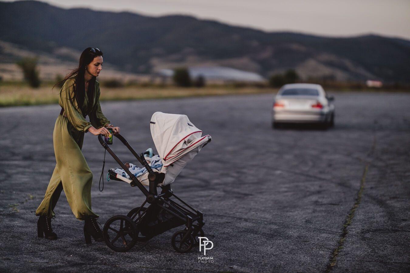 Както виждате - и тя бута количка  като всички останали майки