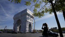 Някои туристи в Париж не са доволни от опакованата Триумфална арка