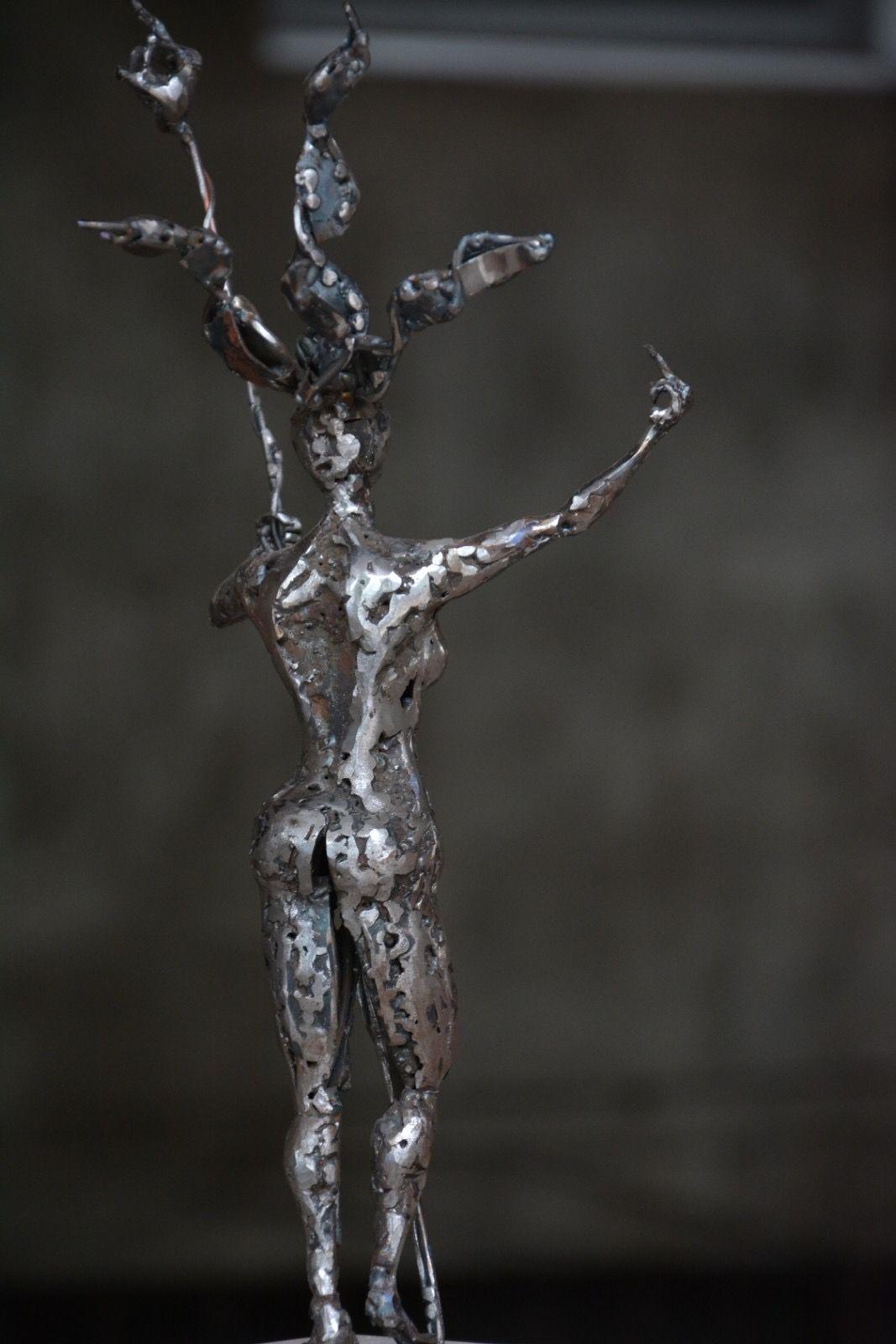 Скулптура от метал на Ален