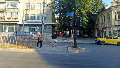 Мъж обиколи гол центъра на Шумен (видео)