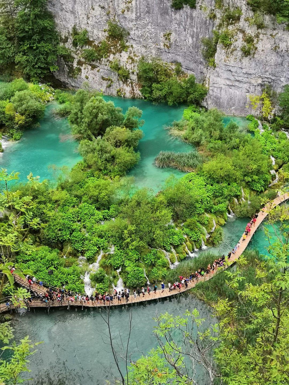 През лятото има най-много посетители и на места се налага да изчаквате на тесните пътеки и мостчета