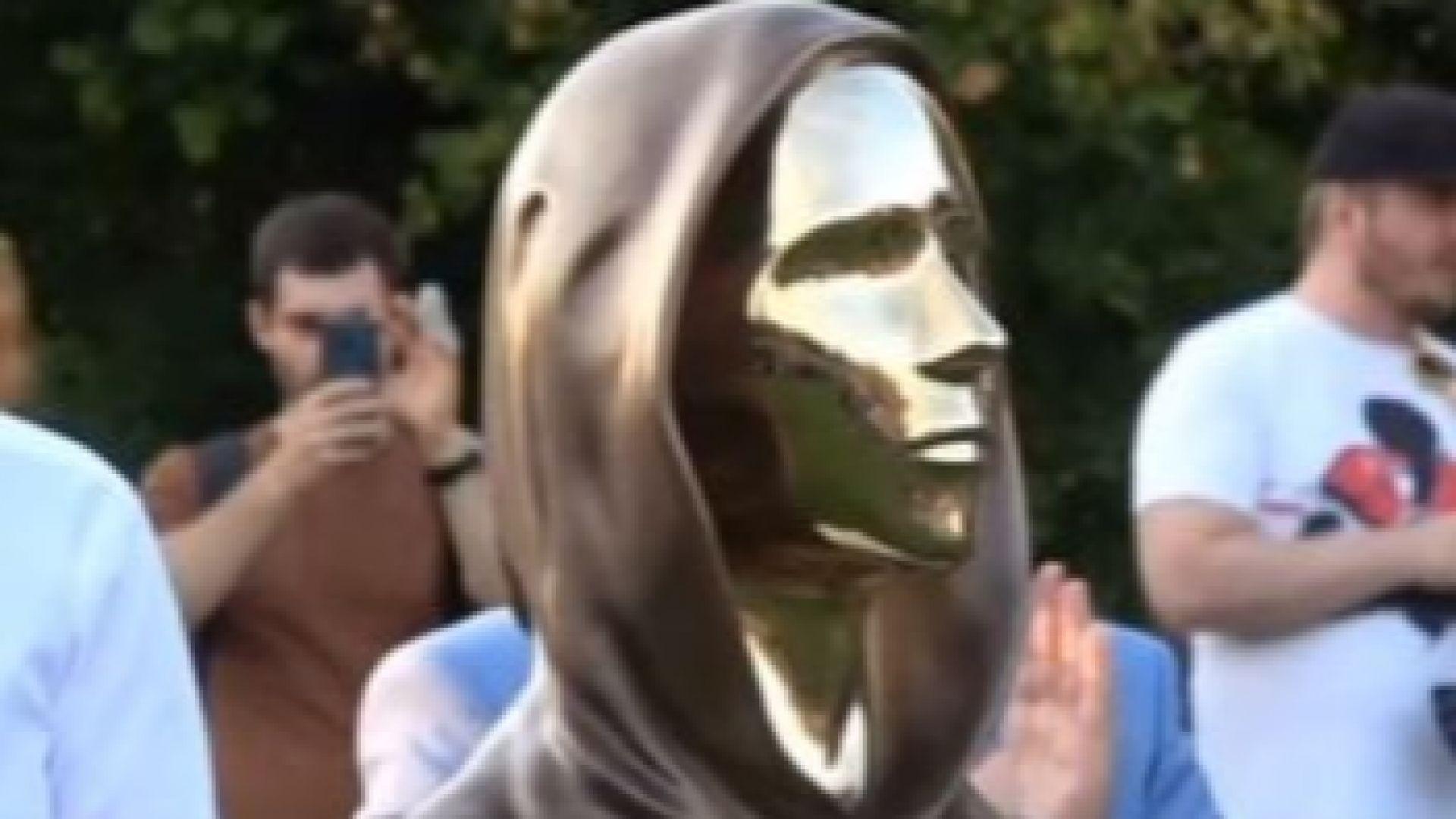 Откриха статуя на тайнствения създател на биткойна - Сатоши Накамото