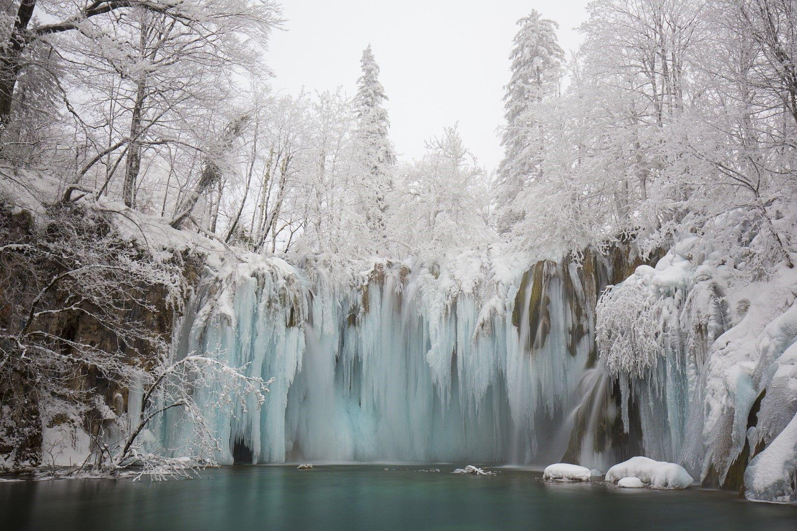 Замръзнал водопад през зимата на Плитвичките езера