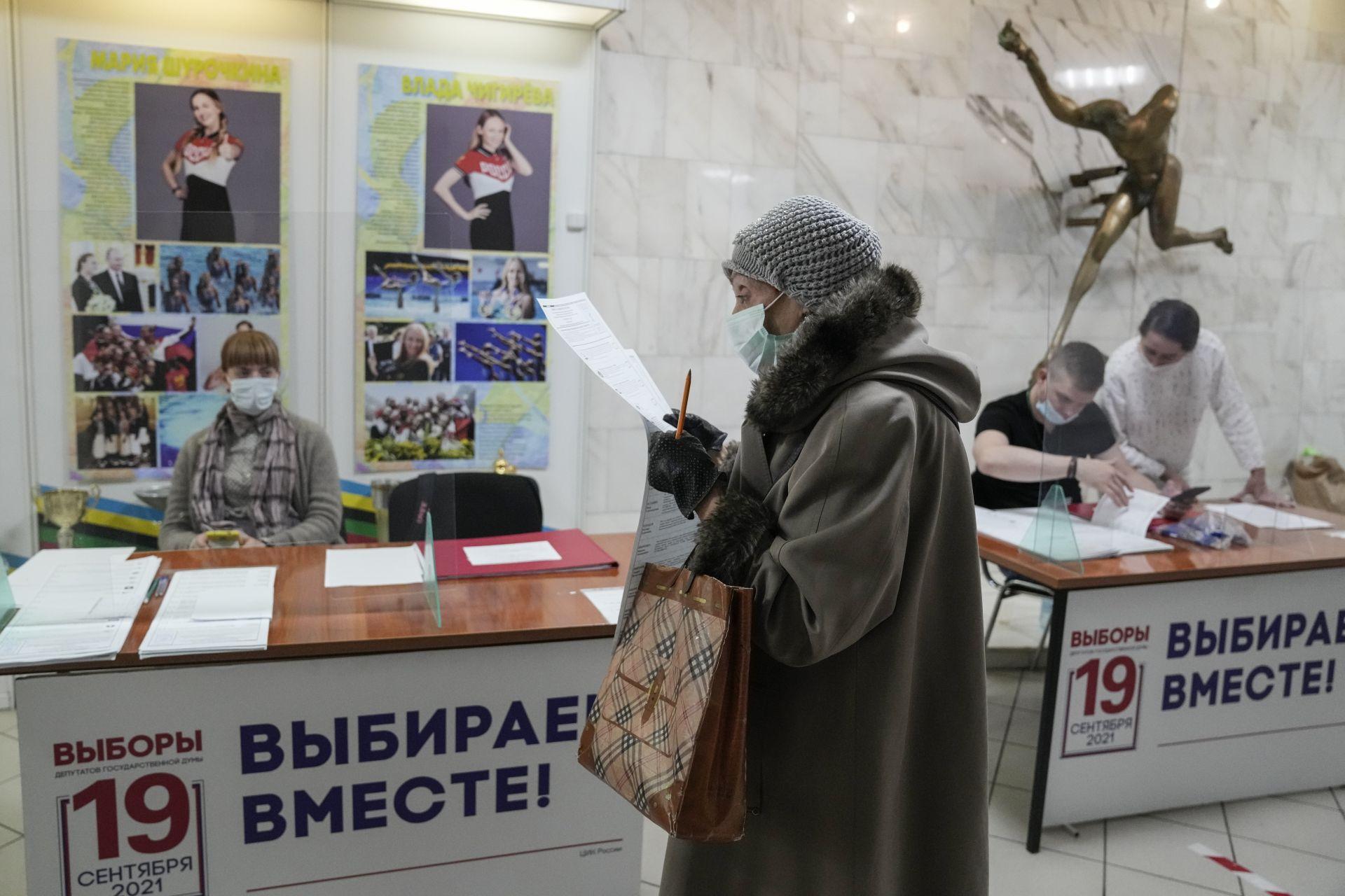 Жена гласува на избирателна секция по време на парламентарните избори в Москва