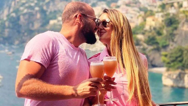 Атанас Месечков и съпругата му изпращат лятото сред спиращите дъха пейзажи на Позитано