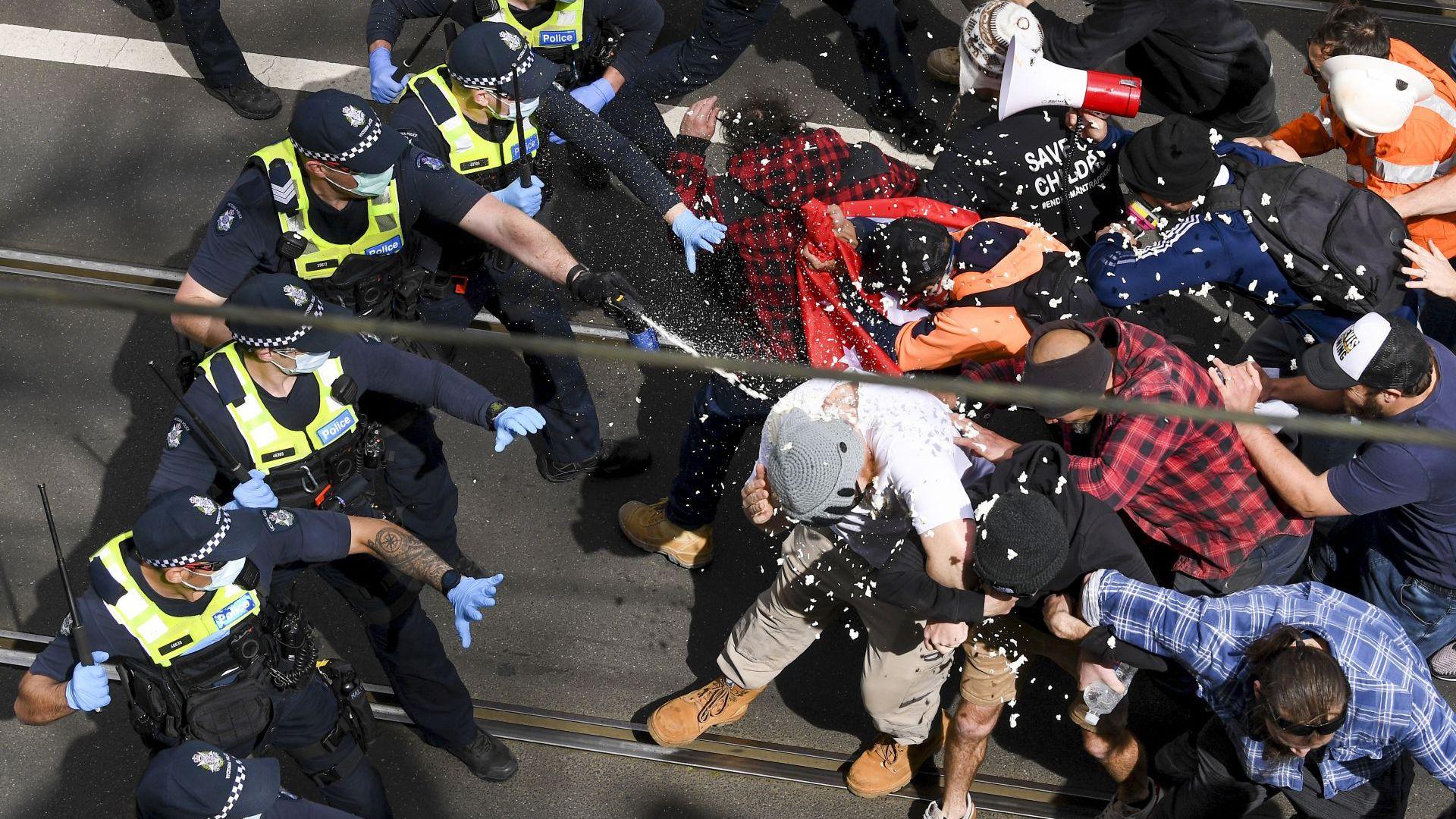 Арестуваха почти 300 души при протести срещу локдауна в Австралия