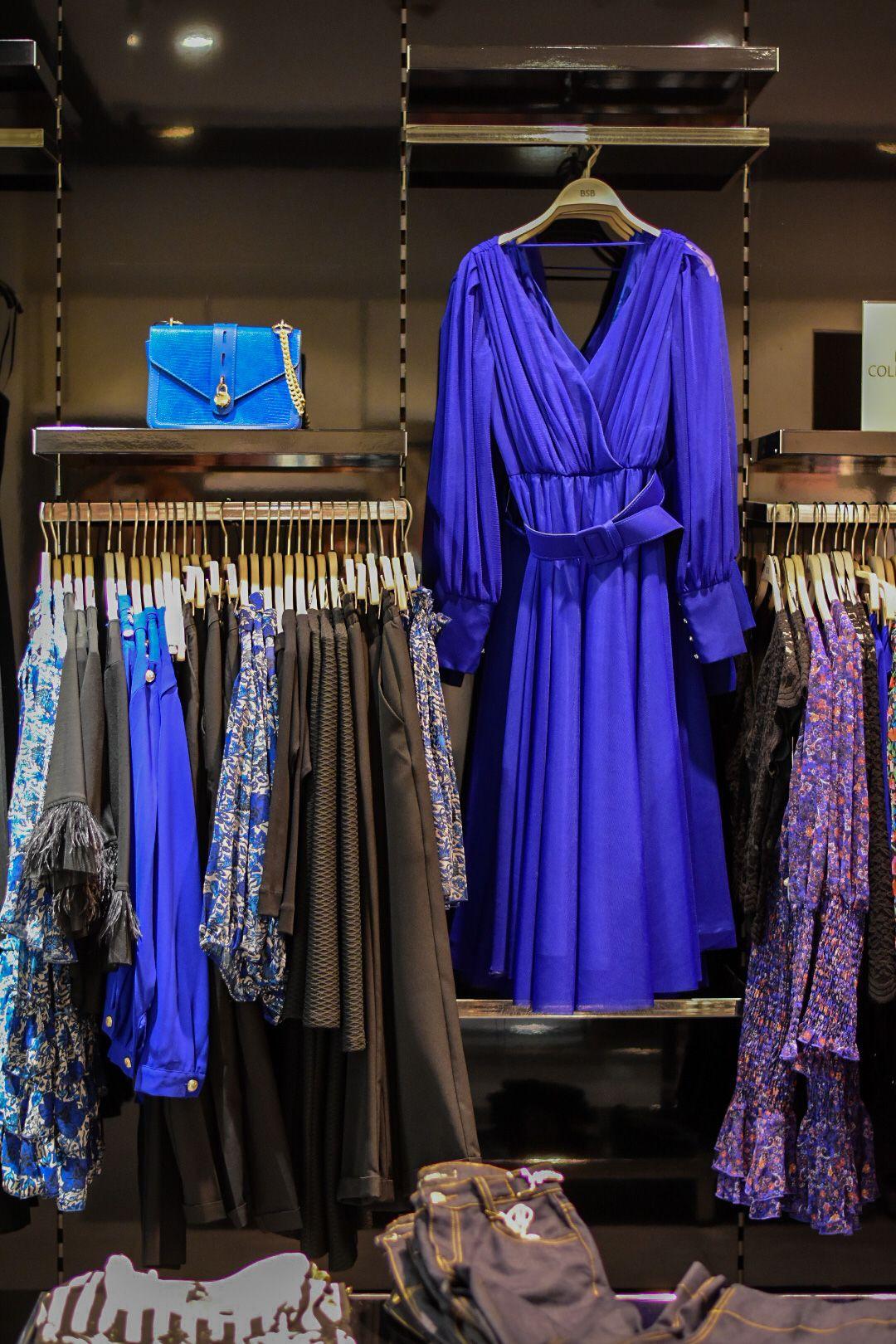 """Тази рокля в кралско синьо е в тренда """"цветна терапия"""" и може да бъде намерена в магазин BSB на Serdika Center"""