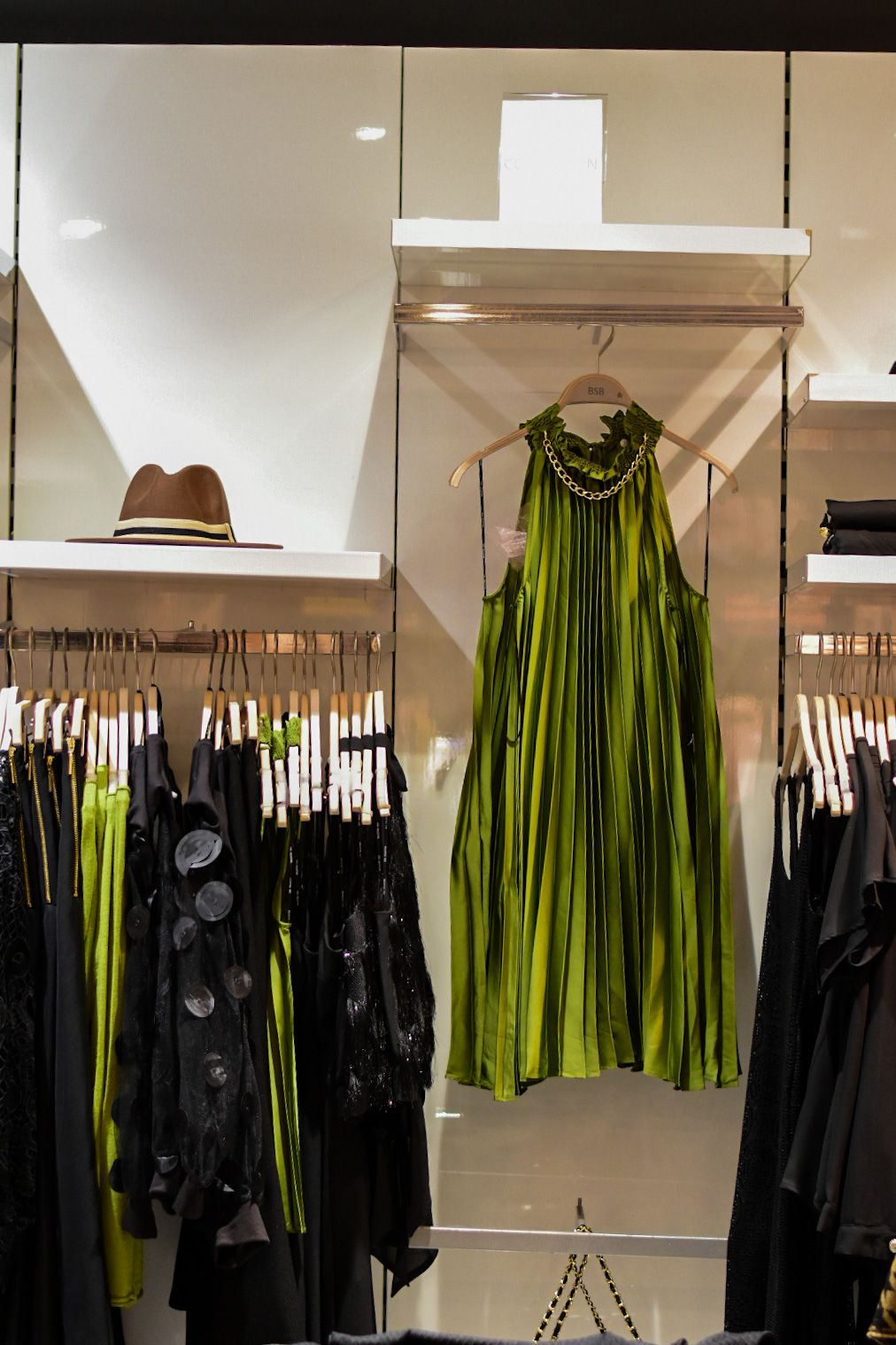 Тази ярка рокля плисе е пододяща за вечерни излизания и може да бъде открита в BSB в Serdika Center