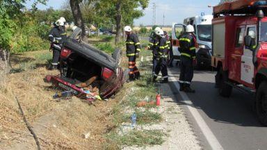 Два автомобила се преобърнаха по таван, трима пострадаха