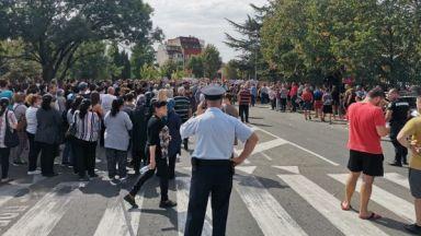 Жителите на Айтос отново блокираха пътя - не искат камиони през града