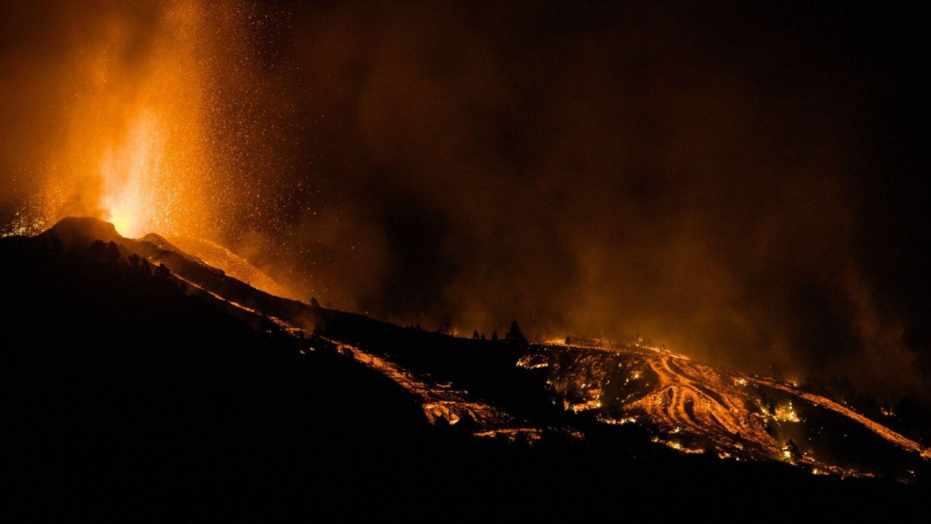 Евакуираха 1000 души заради изригналия вулкан на Канарските острови (снимки, видео)