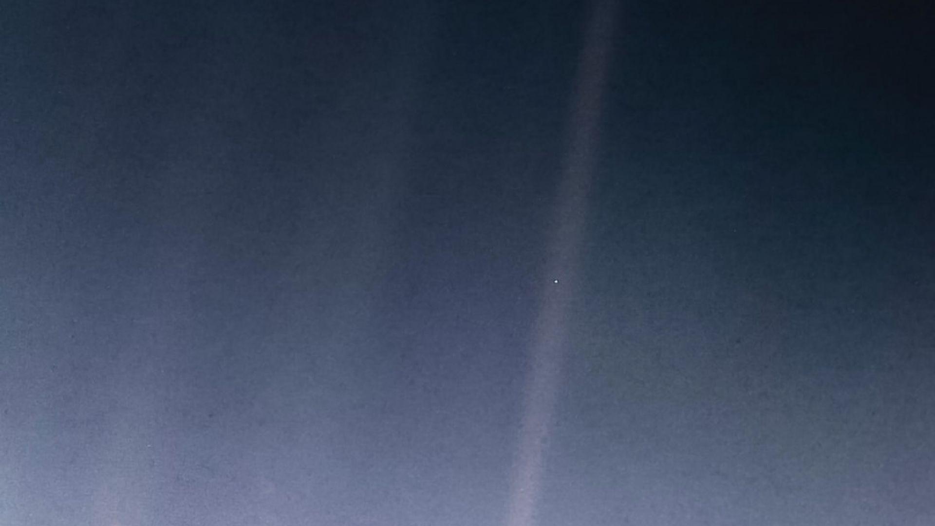 """Земята като """"Бледата синя точка"""", заснета от """"Вояджър 1"""", докато е около Сатурн"""