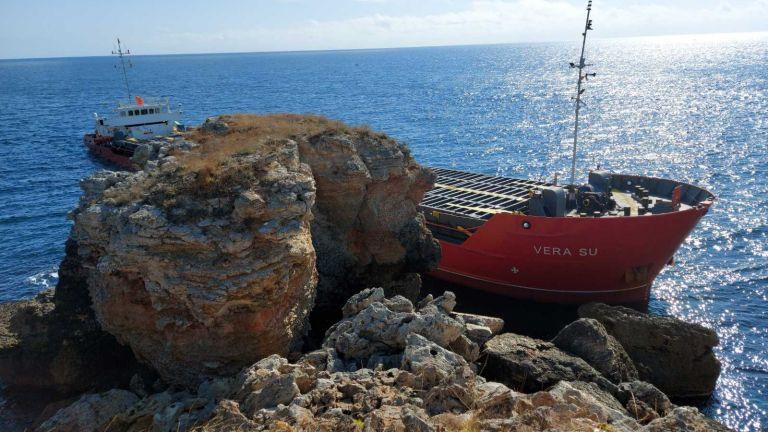 Товарен кораб с торове, плаващ под панамски флаг, заседна край