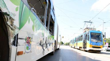 Трамвай и автобус се сблъскаха в София, има пострадали (снимки)