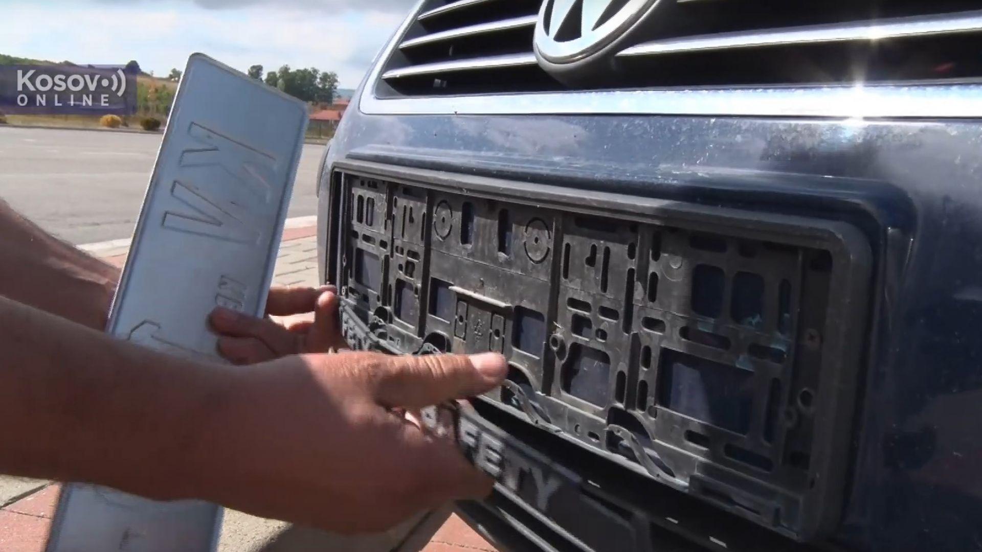 Напрежение на границата между Косово и Сърбия: Прищина сваля табелите на колите с KS