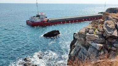 """Плаващ кран тръгва към заседналия кораб при """"Яйлата"""", ще изгребва товара му"""