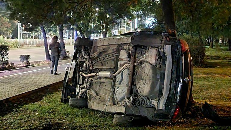 Лек автомобил прелетя през тротоара и се заби в дърво