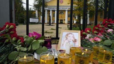 Скръб в Перм: Опечалени поставиха цветя в памет на убитите в руския университет (снимки)