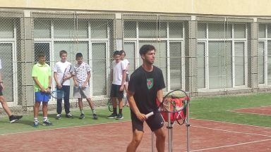 Големият ни талант в тениса Адриан Андреев игра с деца в столично училище