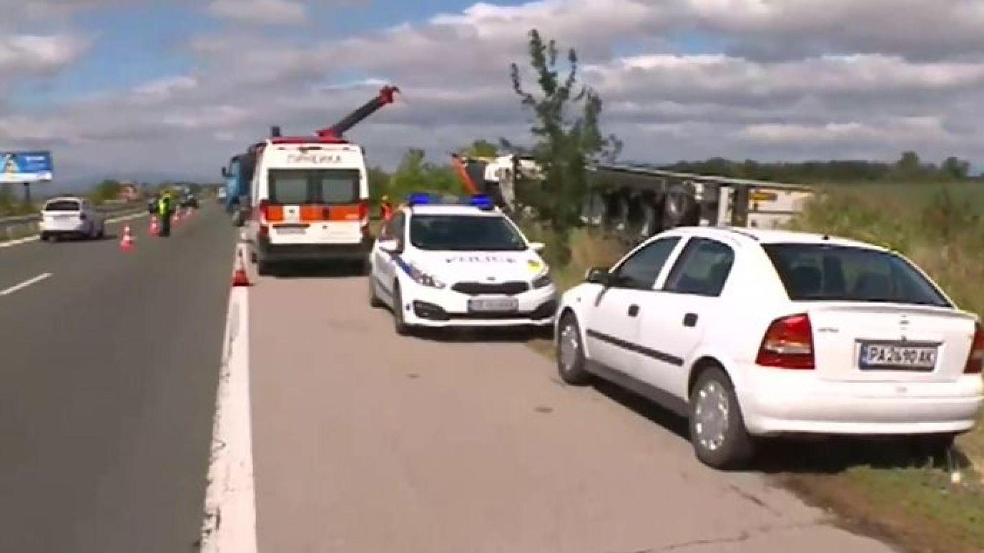 """Тежка катастрофа с ТИР на """"Тракия"""", рязаха кабината, за да извадят мъртвия шофьор"""
