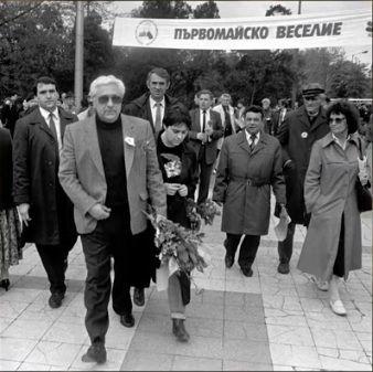 Андрей Луканов с цветя по случай 1 май