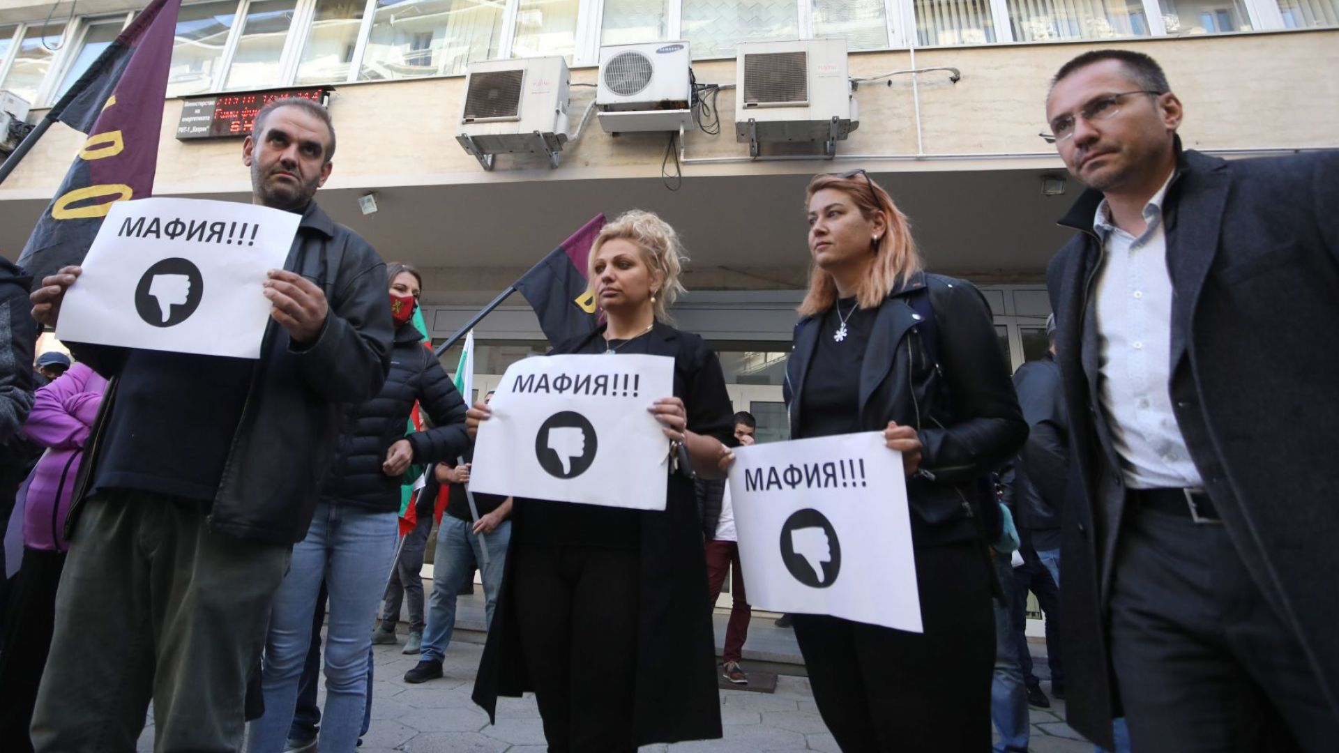 Протестиращи от ВМРО опитаха да нахлуят в МИЕ