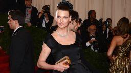 Линда Еванджелиста съди козметичната компания, която я обезобразила и превърнала в отшелник