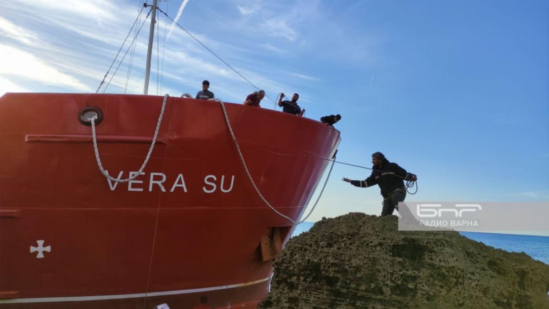 Укрепиха кораба при скалите на Камен бряг. Изтеглянето предстои (видео)
