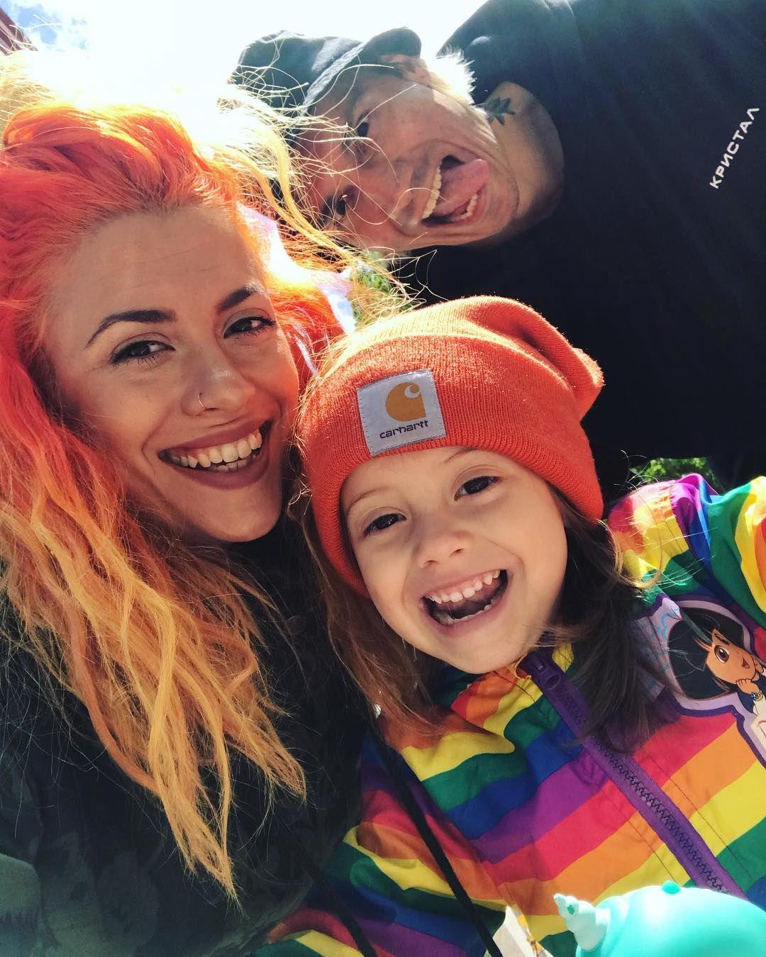 Джули със съпруга си DJ Мартен и дъщеричката им Франки