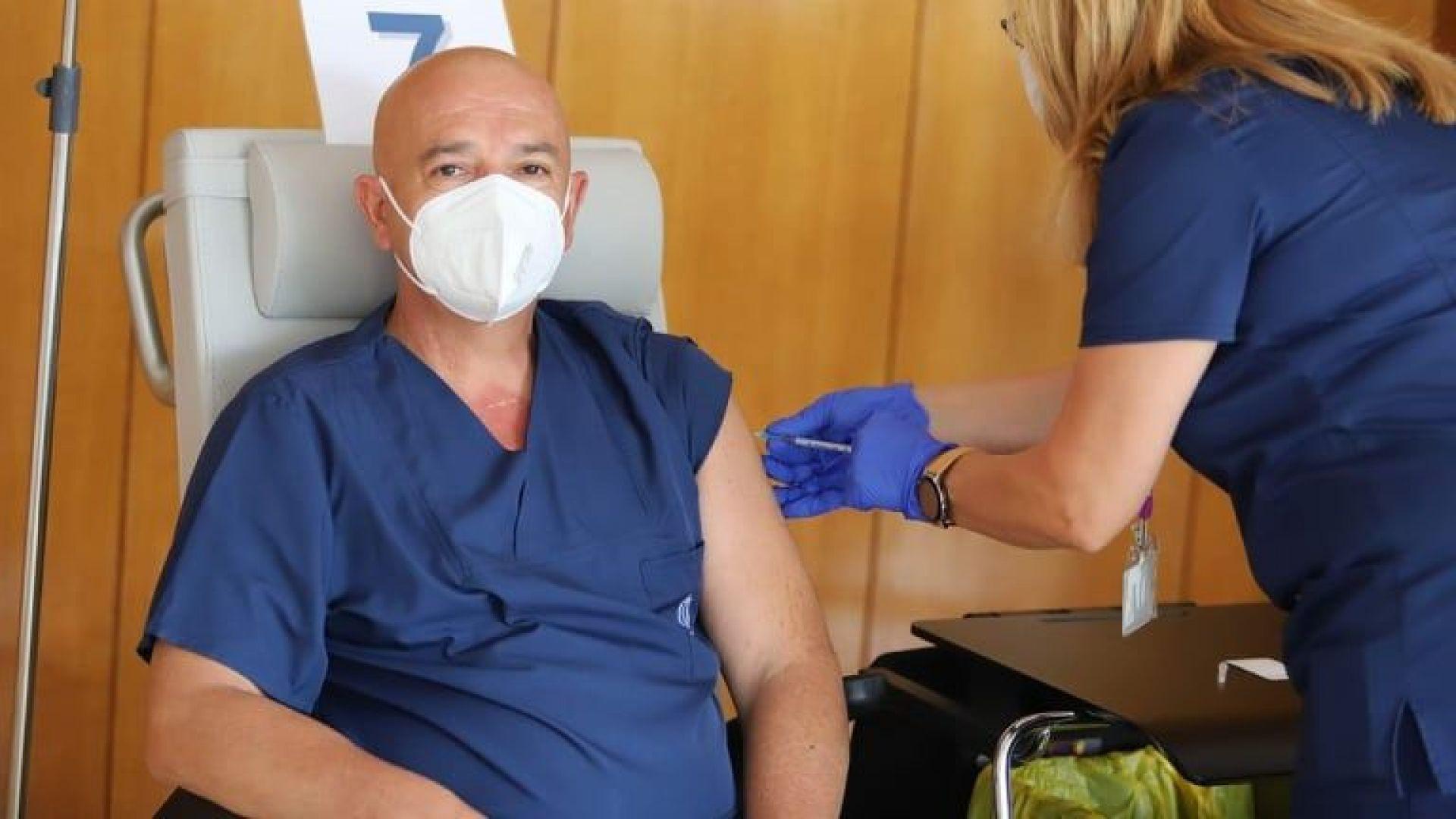 Проф. Мутафчийски не изчака заповедта на МЗ и си постави трета доза