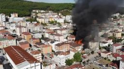 Голям пожар избухна във фабрика в Истанбул, има опасност и за други сгради (видео)