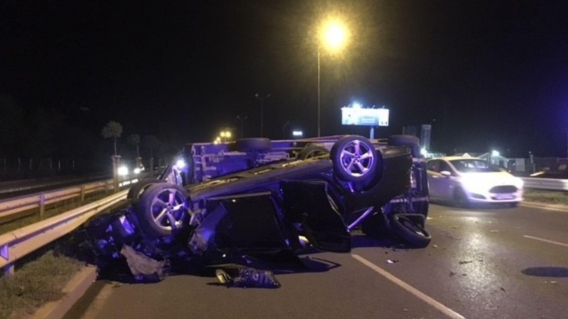 Бус и кола се удариха на Околовръстното в София, двама са откарани в болница