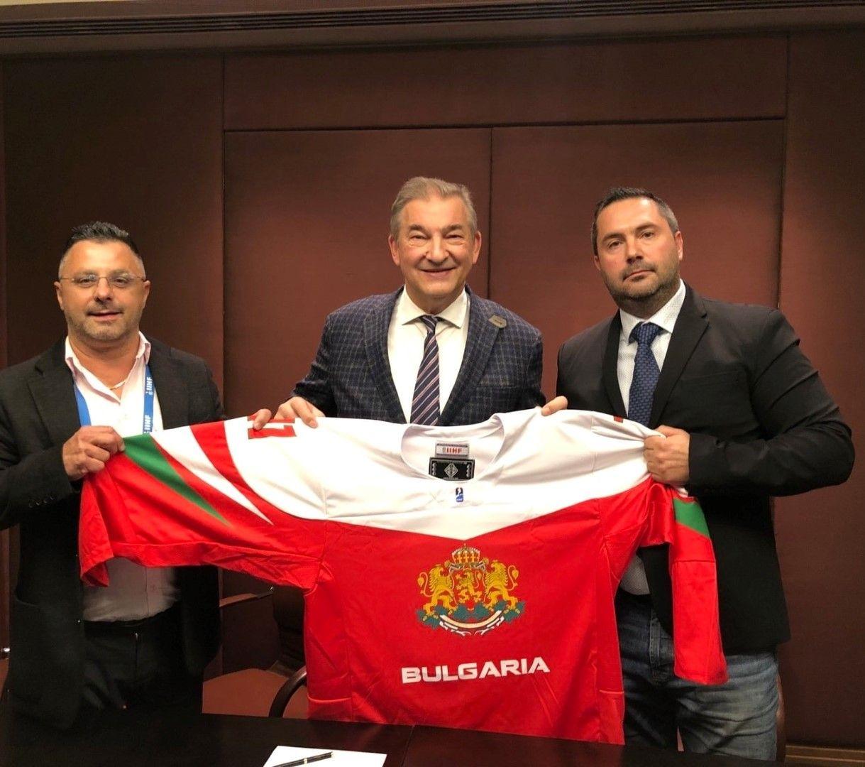 Президентът Миланов и изпълнителният директор Бъчваров подаряват българския екип с името на Владимир Путин на великия Третяк