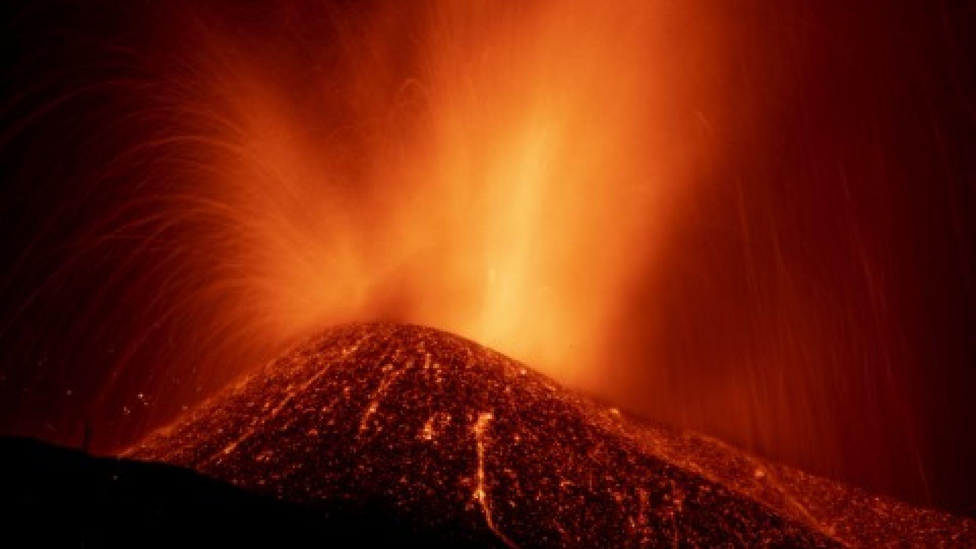 Вулканът на остров Ла Палма пак изригна, лавата почти достигна до океана (видео)