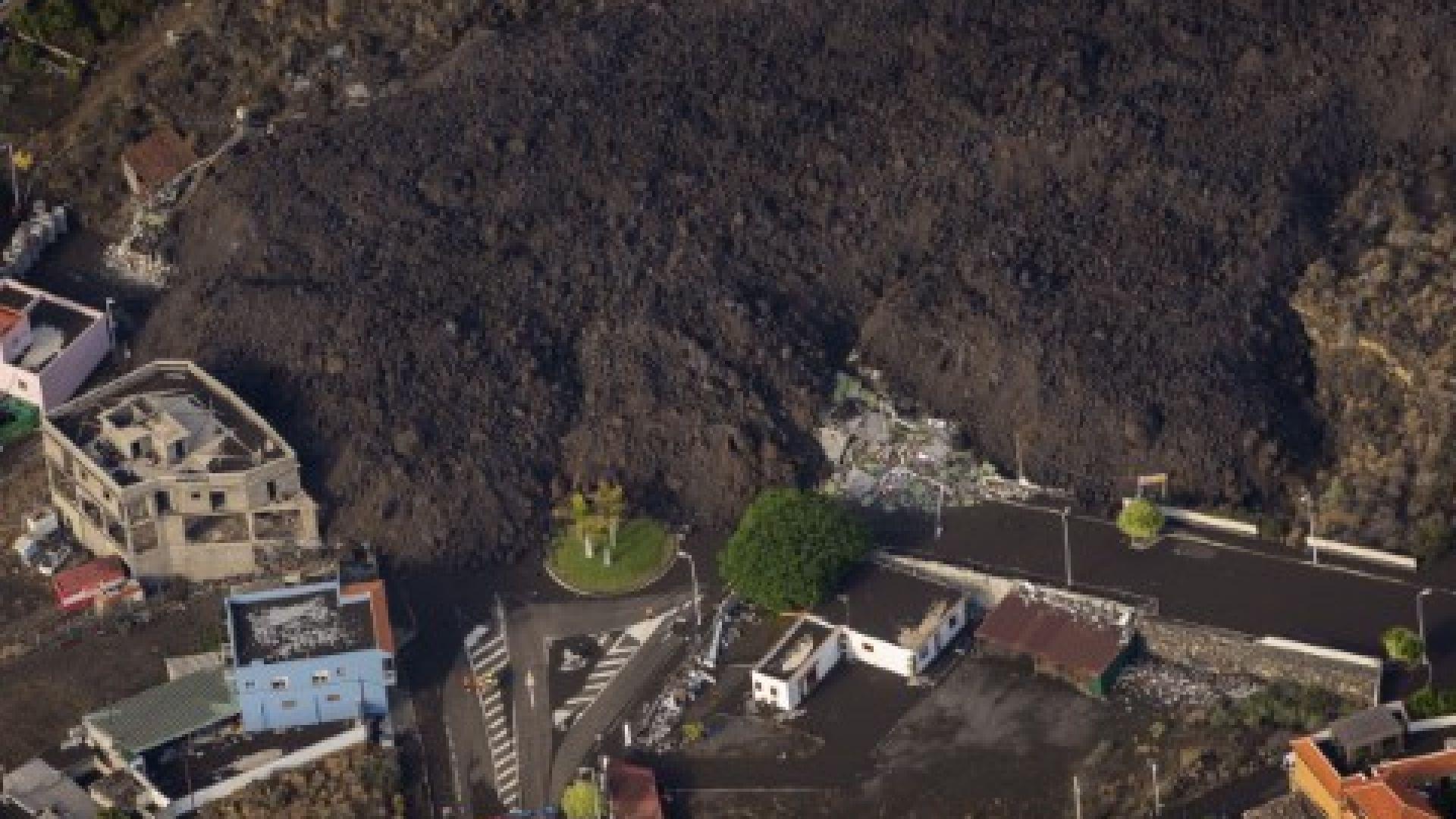 Лавата от вулкана е стигнала до къщите в Ла Палма
