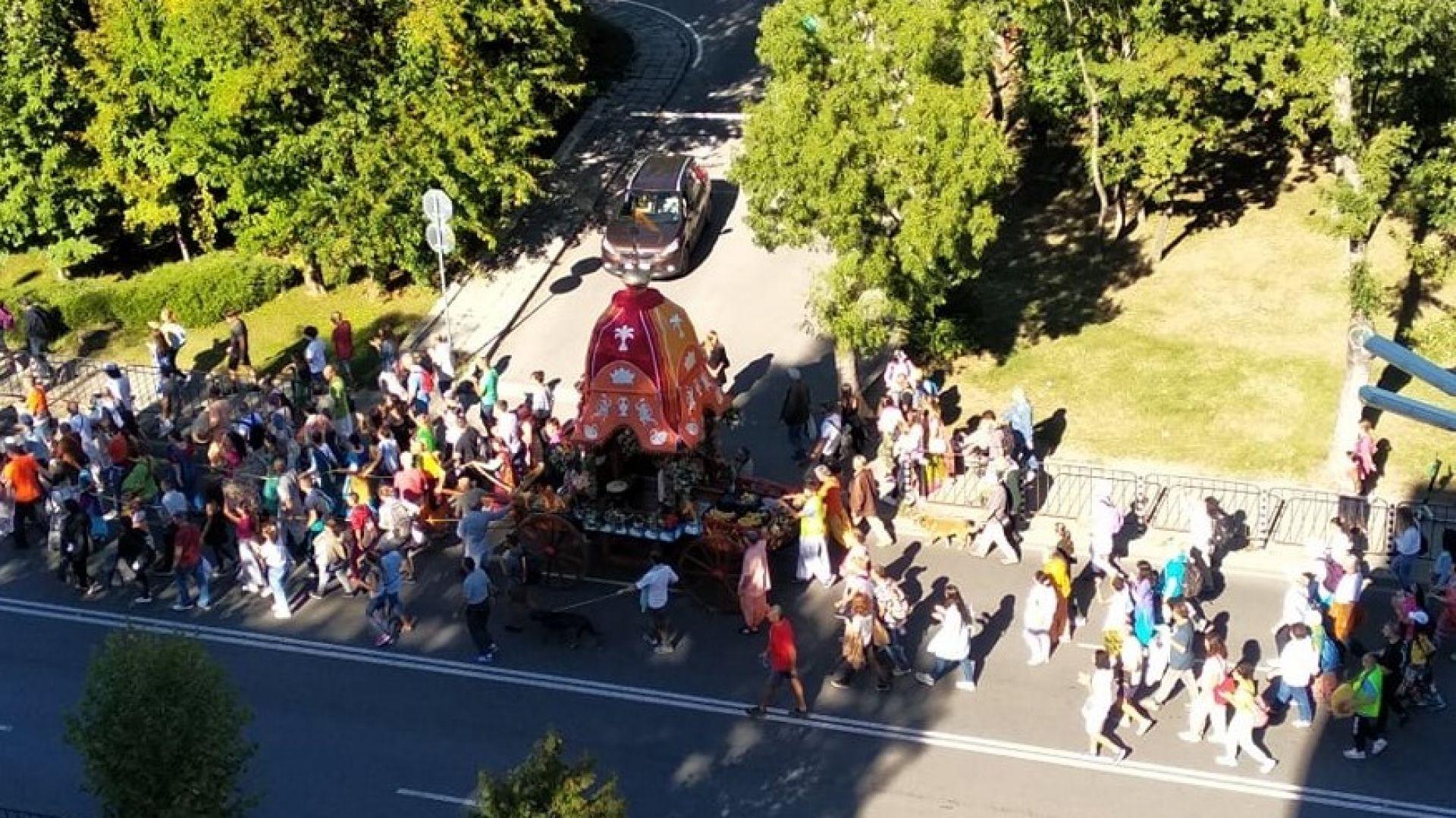 Шествие на кришнари блокира движението в центъра на София