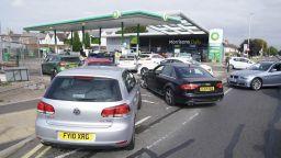 Британците панически се презапасяват с бензин (снимки и видео)