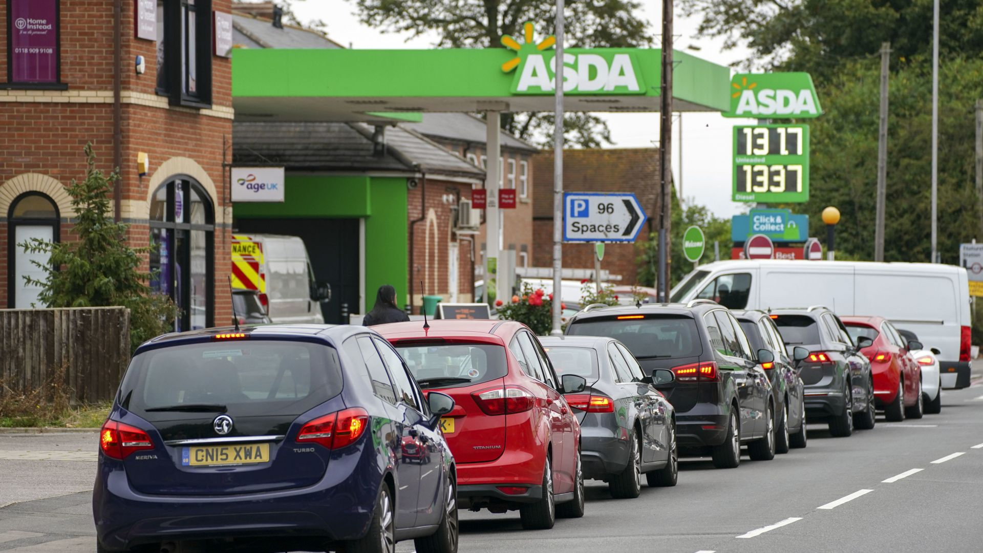 Новата британска мода - да чакаш на опашка пред бензиностанция