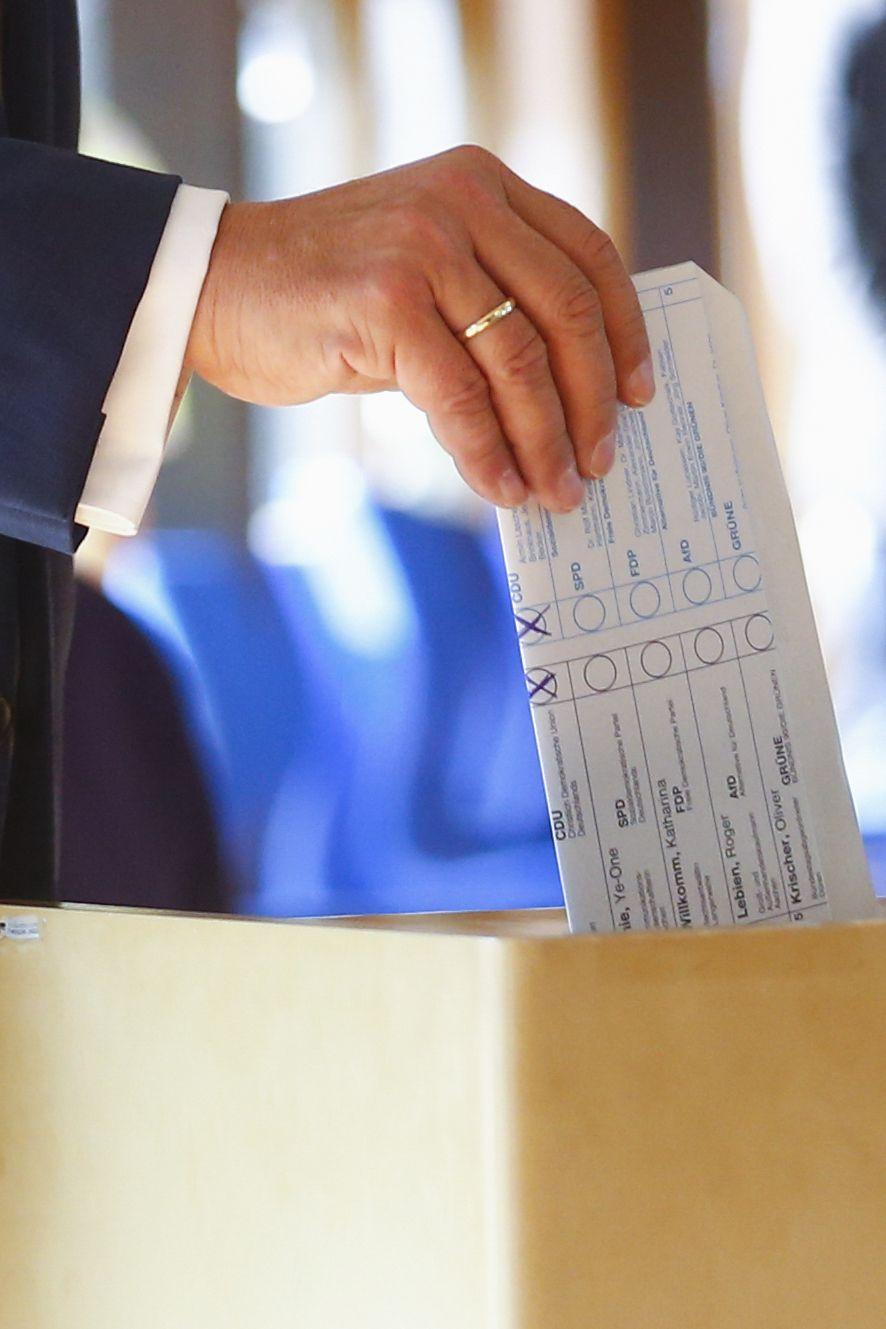 Армин Лашет сгъна погрешно бюлетината си преди да я пъхне в урната, като се вижда за кого е гласувал