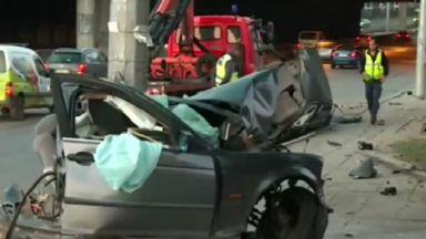 Жесток удар до гара Подуяне: Стълб сряза на две половини автомобил