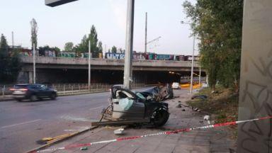 Жесток удар до гара Подуяне: Стълб разцепи на две половини автомобил