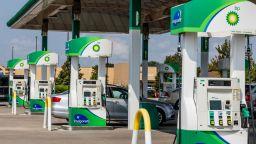 Паническо зареждане остави част от бензиностанциите във Великобритания без гориво (видео)