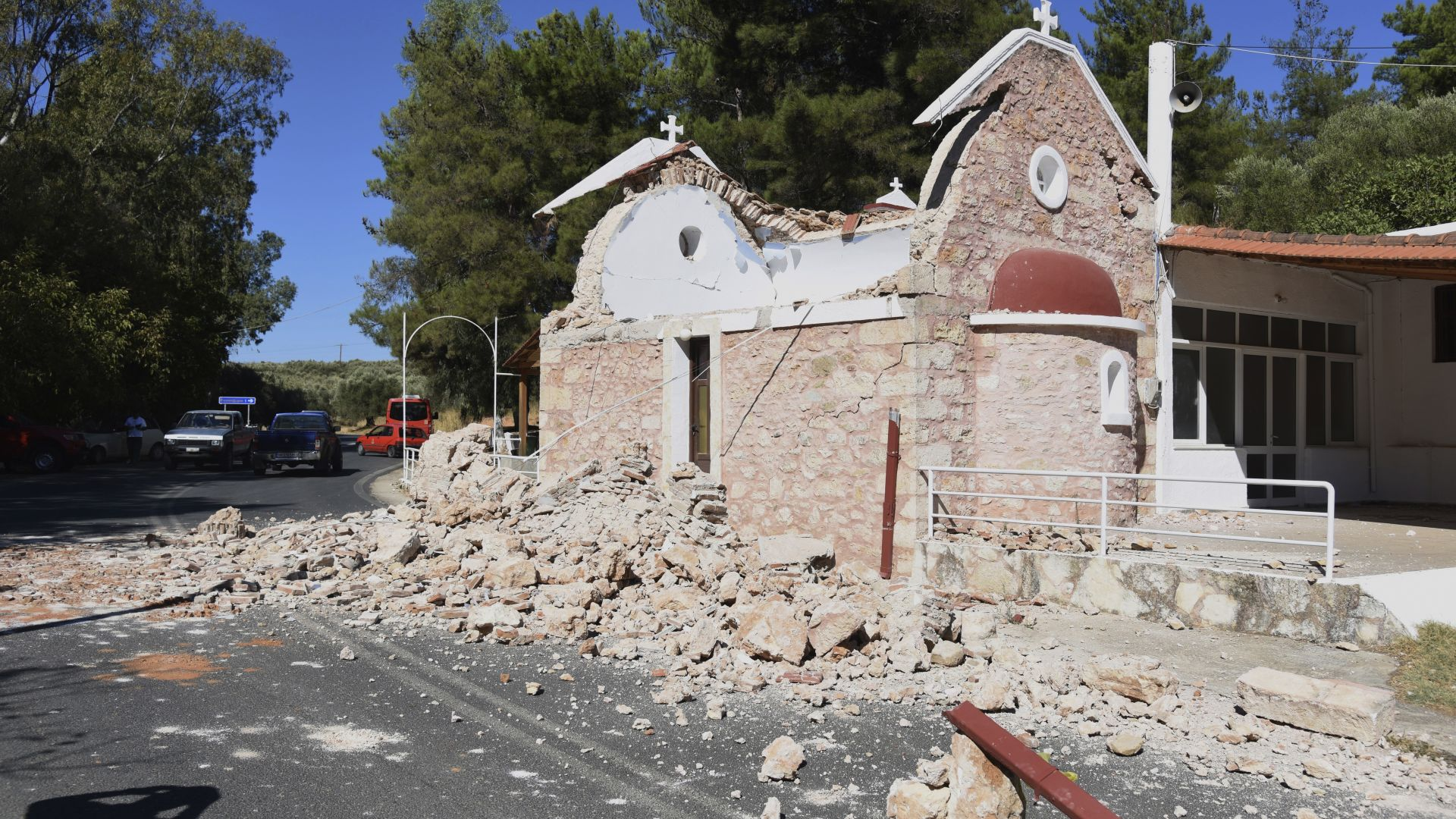 Един загинал и 9 ранени след силен трус на остров Крит (снимки/видео)