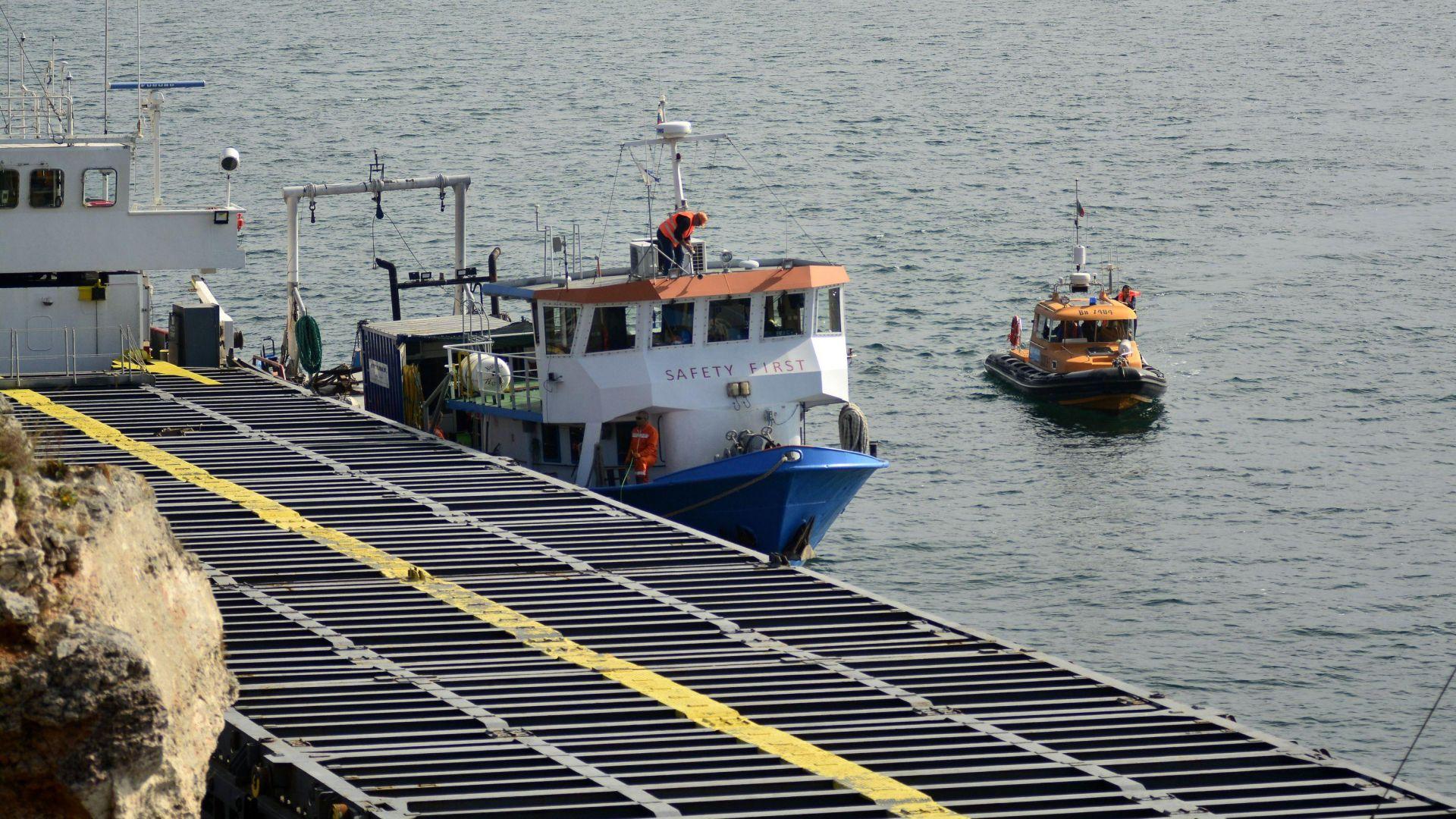 """Прокуратурата ще разпитва екипажа на товарния кораб """"Vera Su"""", когато бъде свален на брега"""