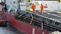 Укрепват заседналия край Камен бряг кораб заради влошаването на времето (снимки)