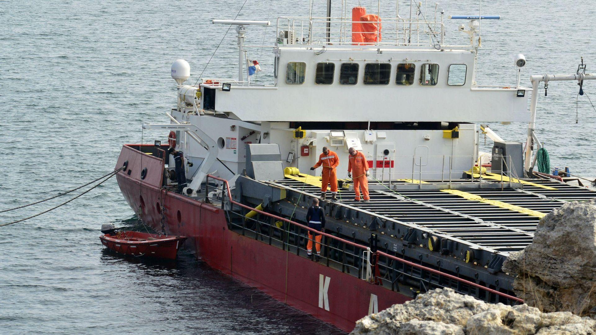 Силен вятър блокира освобождаването на заседналия кораб край Камен бряг